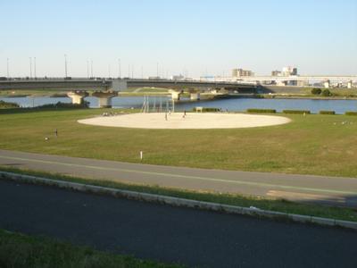 千住新橋野球場 荒川・河川敷のグラウンドです。千住新橋のたもと、東京側... 千住新橋野球場_足